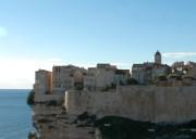 Die Lage von Bonifacio ist spektakulär: Die Festungsstadt liegt auf weit ins Meer überhängenden Klippen