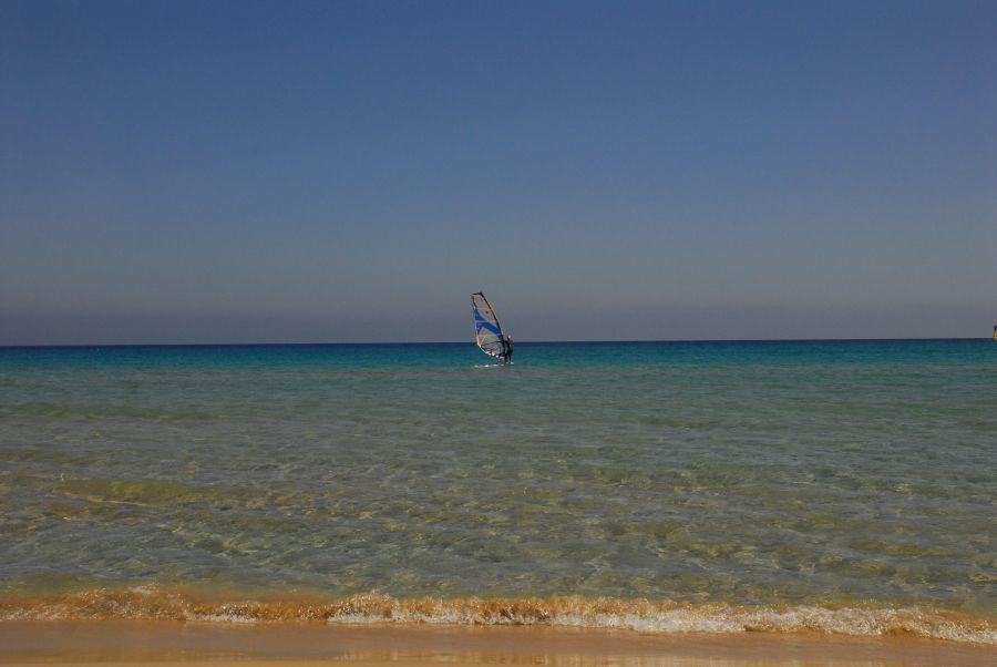 Die Bucht ist einer der beliebtesten Spots auf Sardinien. Hier schlägt das Herz der Kitesurfer und Windsurfer höher