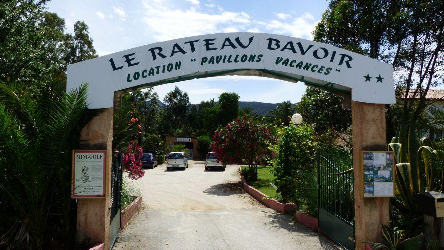 Die 18 Bahnen der Minigolfanlage in Calvi liegen in einem kleinen schattigen Park auf dem Gelände der Résidence Le Rateau Bavoir in der Avenue Christophe Colomb.