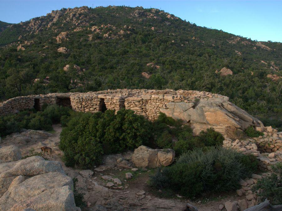 Um nach Araggio zu kommen muss man fast wie vor 4000 Jahren erst einmal den steilen Granithügel hinauf.