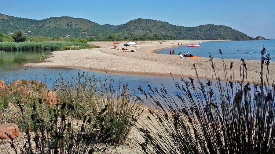 Der schöne lange Sandstrand von Ovu Santu liegt nördlich von Sainte-Lucie de Porto-Vecchio und gehört zu den beliebtesten Badezielen der Gegend.