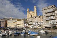 Blick vom alten Hafen auf die barocke Kirche Saint Jean Baptiste im Stadtteil Terra Vecchia