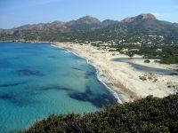 Der helle Strand von Ostriconi liegt am Rande des Désert des Agriates