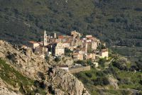 Die kleinen Dörfer kleben strategisch günstig an schwer zugänglichen Hängen.