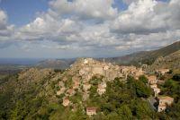 Das kleine Dorf Speloncato klebt an den Hängen des Monto Tolo