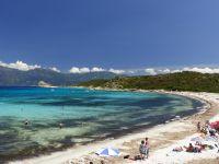 Der paradiesische Strand Loto mit feinem, weißen Sand und kristallklarem, türkis blauem Wasser.