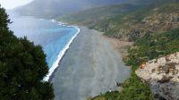 Eher kurios als schön, der Strand von Nonza ist von den Resten des Abbaumaterials noch dunkelgrau gefärbt.