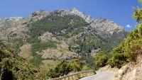 Eine Panoramastraße führt bis an den Fuße des Monte Cinto, die mit 2706 Metern höchste Erhebung der Insel.