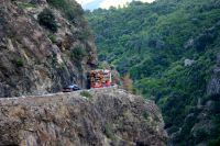 Auf dem knapp 80 Meter über der Schlucht in den Fels gesprengten Fahrweg kann es bei Gegenverkehr mächtig eng werden.