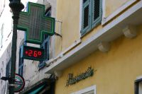 Apotheken sind auf Korsika an einem grünen Kreuz zu erkennen