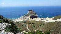 Die bis zu 70 Meter hohen weißen Felswände prägen die äußerste Südspitze Korsikas.