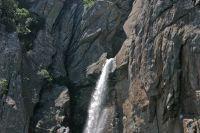 Die Wassermassen des Flüsschen Oso zwängen sich durch einen nur wenige Meter breiten Felsspalt und stürzen sich über 60 Meter in die Tiefe.
