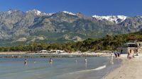 Calvi im April: Während in den Bergen noch Schnee liegt, kann man in dem seichten Wasser von Calvi schon wunderbar baden.