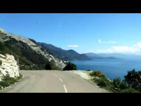 Eine kurvenreiche Serpentinen-Straße führt um die Halbinsel herum und bietet nach jeder Kurve eine neue atemberaubende Aussicht.