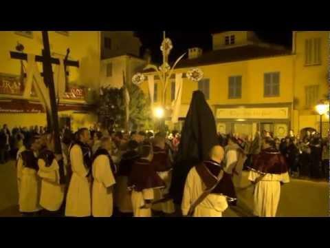 Bei dem Tanz vor der Kirche drehen sich die Teilnehmer zunächst zu einer Schnecke zusammen, die sich dann spiralförmig wieder auflöst.